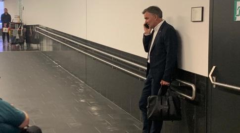 וילי רוטנשטיינר בשיחה עם אביו של חביב, מוטי, בשדה התעופה (אסי ממן)
