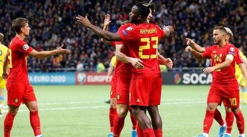 שחקני נבחרת בלגיה חוגגים עם מיצ'י באטשואי (רויטרס)