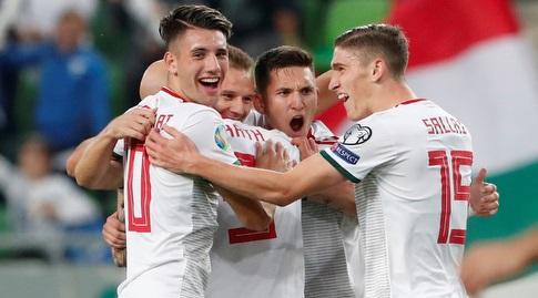 שחקני נבחרת הונגריה חוגגים עם מיחאי קורהוט (רויטרס)