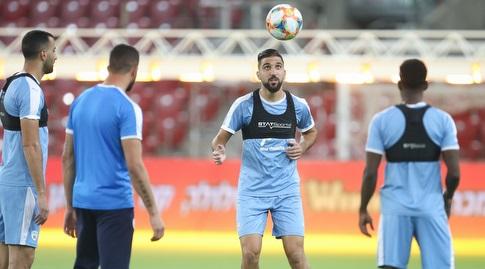 מונס דאבור עם שחקני נבחרת ישראל באימון (רדאד ג'בארה)