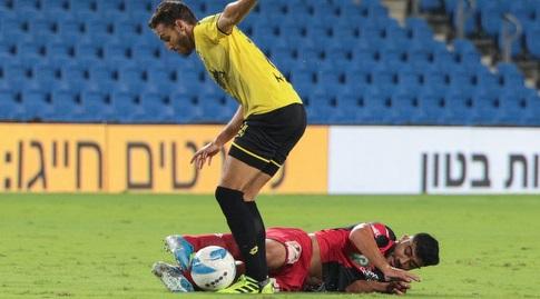 מוחמד אבו פאני מנסה לחלץ את הכדור (דן יידוב)