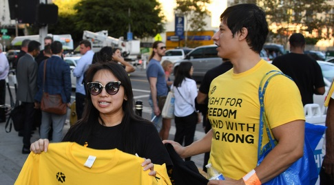 מפגינים תומכים בהונג קונג בלוס אנג'לס (רויטרס)