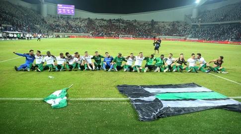 שחקני מכבי חיפה חוגגים עם האוהדים (שחר גרוס)