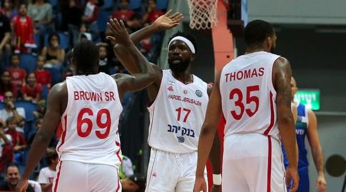 שחקני ירושלים חוגגים עם בריימו (אורן בן חקון)