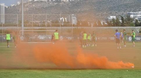 רימון עשן באימון מכבי חיפה (עמרי שטיין)