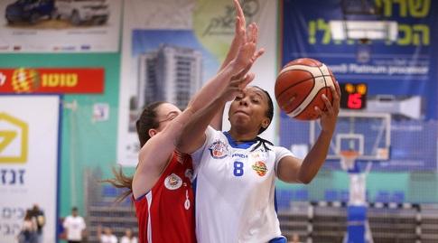 אלכסיס בראון עם הכדור (קובי אליהו, באדיבות מנהלת ליגת העל לנשים בכדורסל)