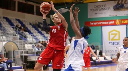 קוקו סידני עם הכדור (קובי אליהו, באדיבות מנהלת ליגת העל לנשים בכדורסל)
