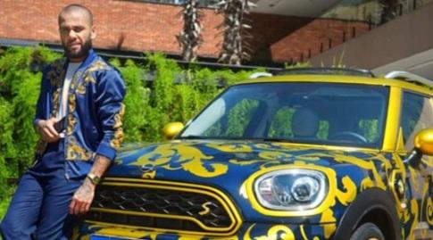 דני אלבס והמכונית המדוברת (אינסטגרם)