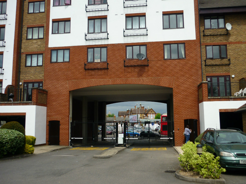 Kingston Upon Thames - 2 Bed Flat on Sopwith Way, KT2 - To Rent ...