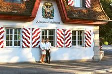 Adrian und Sandra Müller vor dem Zollhaus