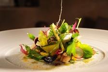 Gemüsesalat auf orientalischem Couscous
