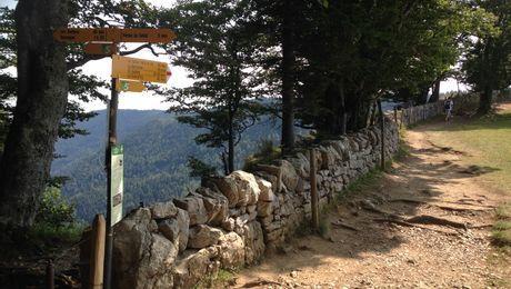 Trockensteinmauer am Abgrund des Creux du Van