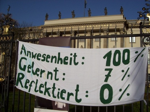 Transparent vor dem Audimax der Humboldt Universität in Berlin