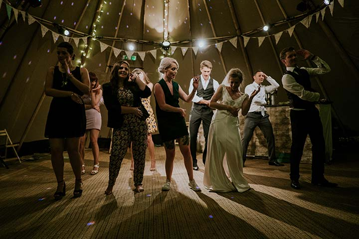 what is the difference between a barn dance and a ceilidh