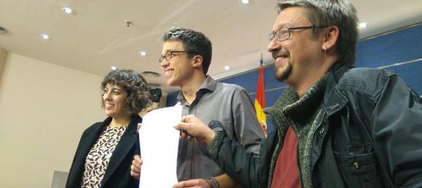 Alexandra Fernández, Iñigo Errejón i Xavier Domènech presenten la petició de grup parlamentari conjunta entre En Comú Podem, En Marea i Podem.