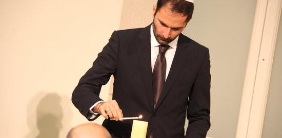 Un representant de la comunitat jueva a Catalunya encén una espelma (Foto: ACN)