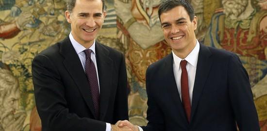 El rei espanyol, Felipe VI, amb el dirigent del PSOE, Pedro Sánchez.