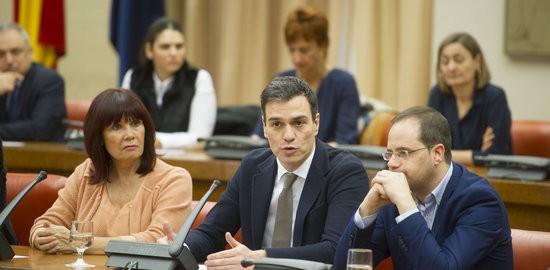 El secretari general del PSOE, Pedro Sánchez, amb el secretari d'Organització, César Luena, i la presidenta del partit, Micaela Navarro (fotografia: ACN).