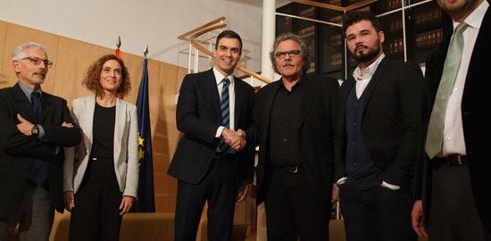 Els portaveus d'ERC al congrés espanyol, Joan Tardà i Gabriel Rufián, i al senat, Santiago Vidal,  amb el secretari general del PSOE, Pedro Sánchez