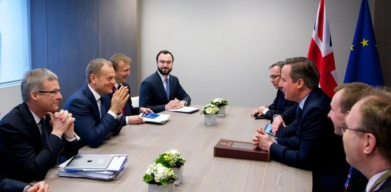 El primer ministre britànic, David Cameron, assegut a la taula de negociacions amb el president del Consell Europeu, Donald Tusk, i la resta dels seus equips