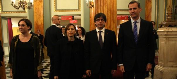 El rei espanyol Felipe VI, el president de la Generalitat, Carles Puigdemont, la presidenta del Parlament, Carme Forcadell i la batllessa de Barcelona, Ada Colau, al Liceu abans del sopar inaugural del Mobile World Congress