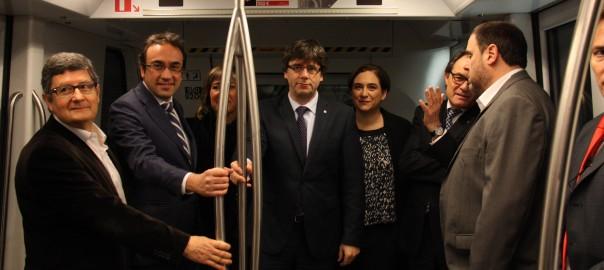 Els representants institucionals amb el president Puigdemont accedeixen a un vagó de la L9 del metro