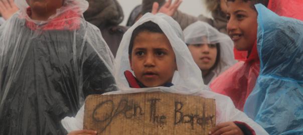 Un nen reclamant l'obertura de la frontera (fotografia: Oriol Bäbler).