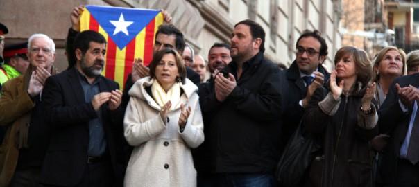 Jordi Sànchez, Carme Forcadell, Oriol Junqueras, Josep Rull, Meritxell Borràs i Núria de Gispert aplaudint a les portes del TSJC