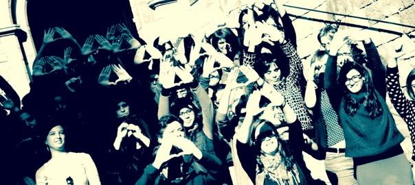 Dones de la CUP fent el símbol feminista amb les mans.