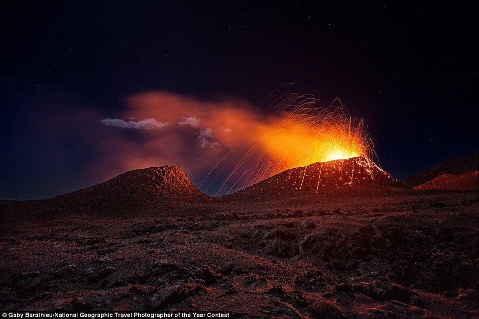 Dos volcans en plena erupció a la illa de Reunió (fotografia: Gaby Barathieu)