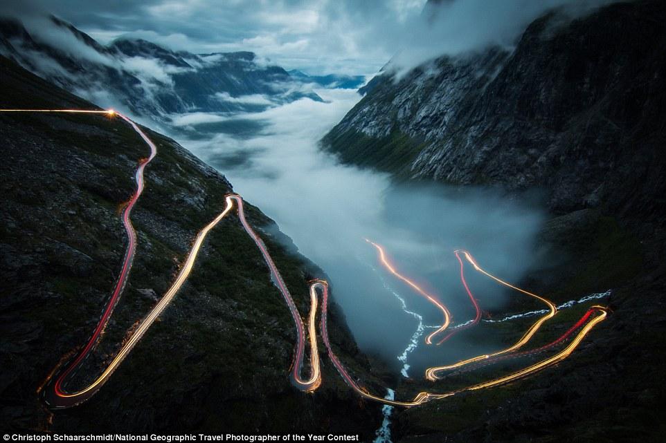 Un cotxe baixa per una carretera en un fiord de Noruega (fotografia: Christoph Schaarschmidt)