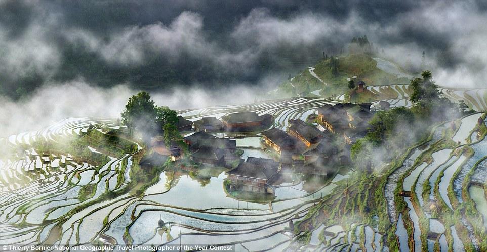 Un matí boirós entre terrasses d'arròs a Guizhou, Xina (fotografia: Thierry Bornier)