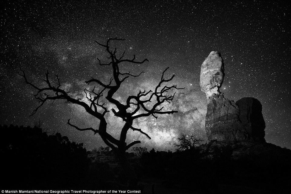 Foto nocturna de les 'Balanced Rock' al parc nacional d'Arches, Estats Units (fotografia: Manish Mamtani)