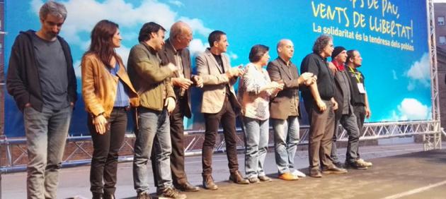 Tots els oradors, junts al final de l'acte amb Otegi.