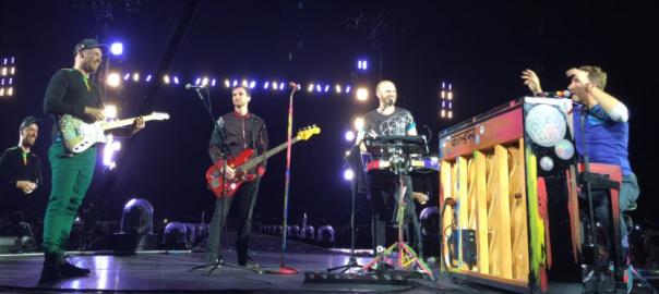 Coldplay, a l'escenari de l'estadi.