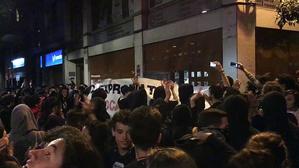 Els-manifestants-celebren-la-reocupacio-del-Banc-expropiat