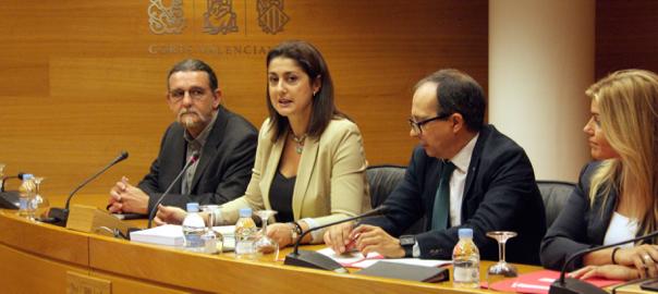 La-presidenta-de-la-comissio-Sandra-Mart-n-PSPV-acompanyada-del-vice-president-Juan-Ponce-Comprom-s-i-la-secret-ria-Eva-Ort-z-PP.
