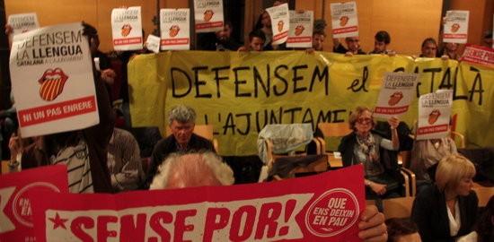 Representants d'entitats protesten al ple de Mataró en el moment del debat de la moció de C's. Imatge del 5 de maig de 2016. (Horitzontal)