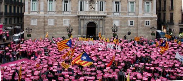 La plaça de Sant Jaume de Barcelona amb milers de cartells amb el lema 'Sense por'.