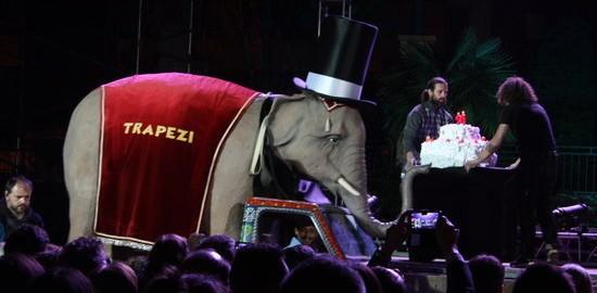 L'elefant, emblema de la Fira Trapezi Reus, amb el pastís per celebrar els 20 anys