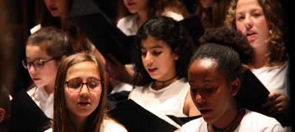 Un grup de noies canta el 'Canigó' de Jacint Verdaguer al Teatre l'Atlàntida de Vic.