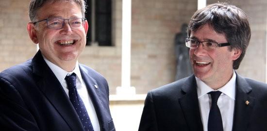El president de la Generalitat de Catalunya, Carles Puigdemont, i el de la Generalitat Valenciana, Ximo Puig, somriuen abans de reunir-se a Barcelona el 18 de maig de 2016.