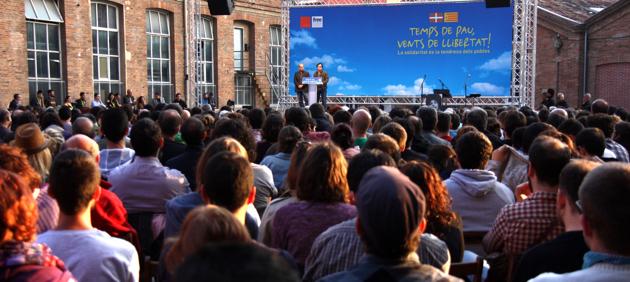 Jaume Asens, tinent batlle de Barcelona, s'adreça als assistents de l'acte amb Arnaldo Otegi.