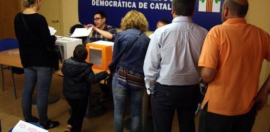 Cua de militants per votar a la seu de Convergència de Vic