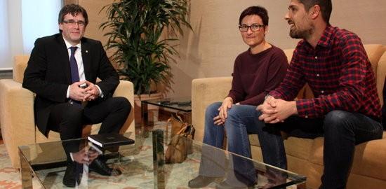 El president de la Generalitat, Carles Puigdemont, amb els coordinadors d'ICV, Marta Ribas i David Cid