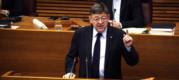 El president de la Generalitat Ximo Puig intervenint des de la tribuna de les Corts.