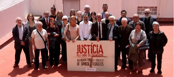 Representants de les entitats que donen suport al manifest contra el monument franquista i la consulta de Tortosa.