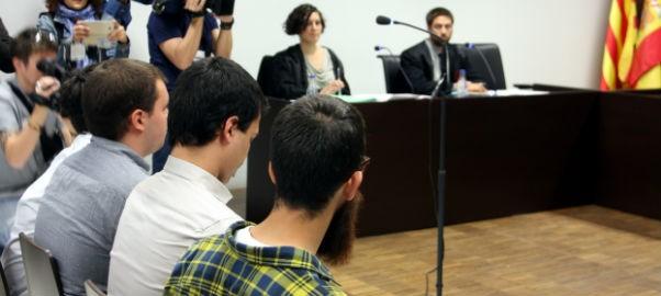 El quatre joves acusats d'agredir a un agent durant les mobilitzacions pel desallotjament de Can Vies, a l'inici del judici.