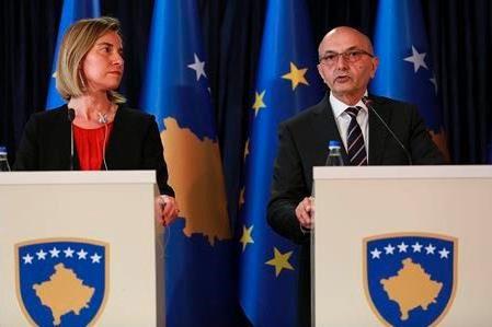 La cap de la diplomàcia europea Federica Mogherini celebra amb el president kossovar Isa Mustafa l'accés de Kossove a l'àrea Schengen
