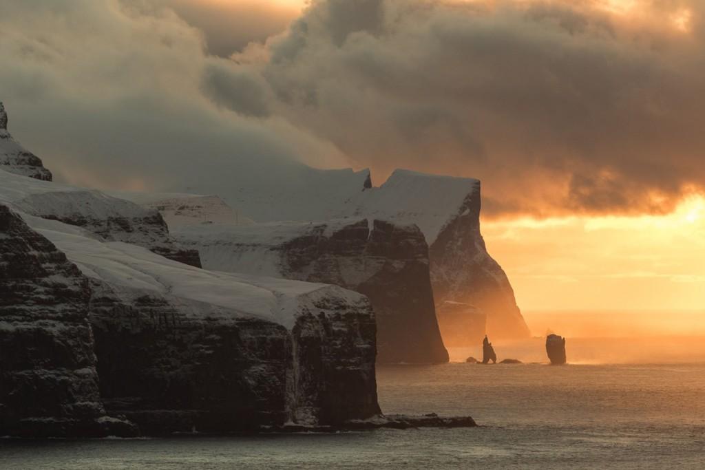 Penya-segats a les illes Faroe durant la posta de sol (fotografia: Alessio Mesiano)